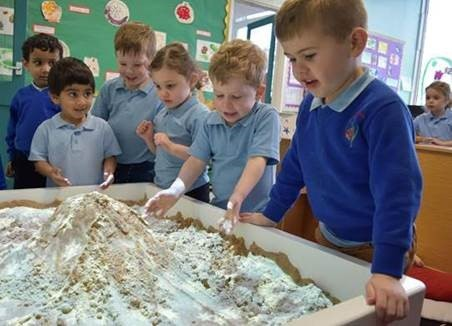 Nursery pupils explore the world with high-tech augmented reality sandbox | Swindon Advertiser