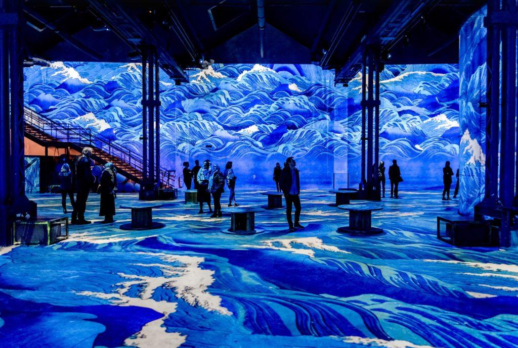 Atelier des Lumières Japan waves © Culturespaces _ E. Spiller